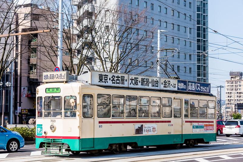 富山の市電はレトロな7000形と低床式の9000形、サントラム(T100形)が走る