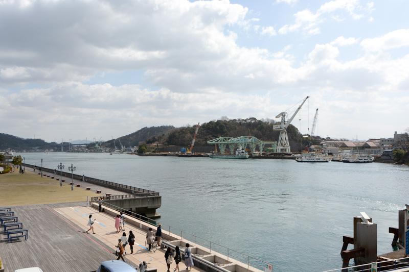 尾道駅前の歩道橋に上がると、さっそく尾道水道が目に飛び込んでくる。しまなみ海道の新尾道大橋も遠目に見える