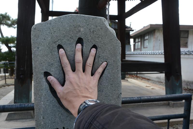 続いて訪れた「光明寺」。江戸から明治にかけての第十二代横綱「陣幕久五郎」の手形が石碑として残されていた