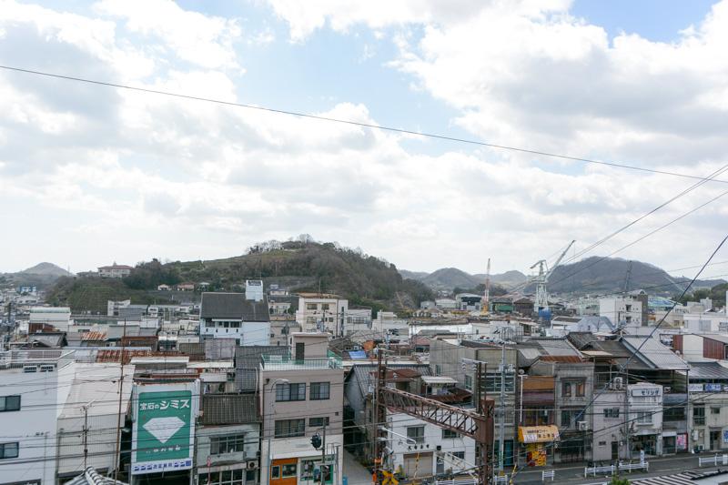 「吉備津彦神社」と「宝土寺」はほぼ隣接した位置にある。それほど高い位置からではないが、このあたりから尾道の商店街を見渡せる