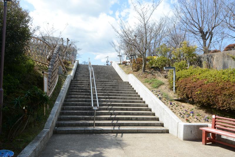 山頂駅から伸びる階段。この先に展望台がある
