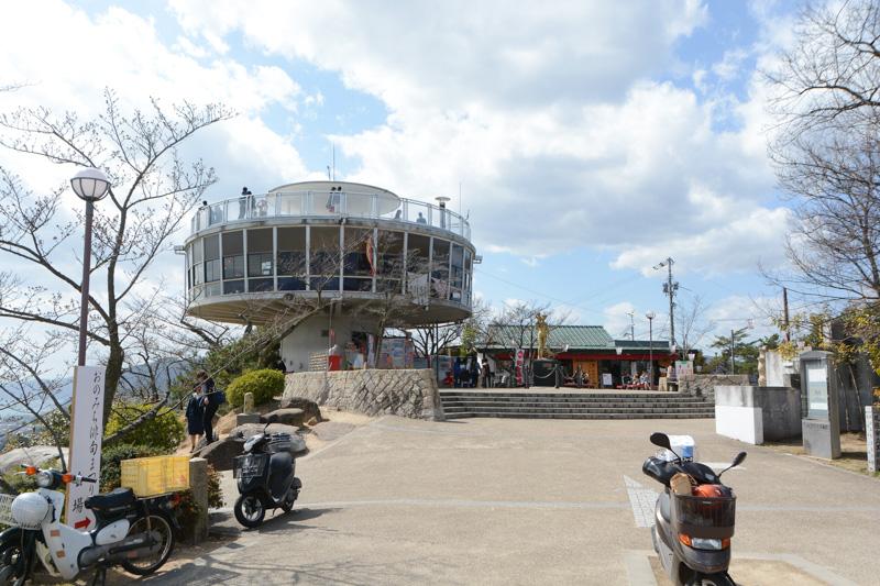 左が展望台でらせん階段を上がると屋上に出られる。中央のガラス張りの部分はレストランになっている