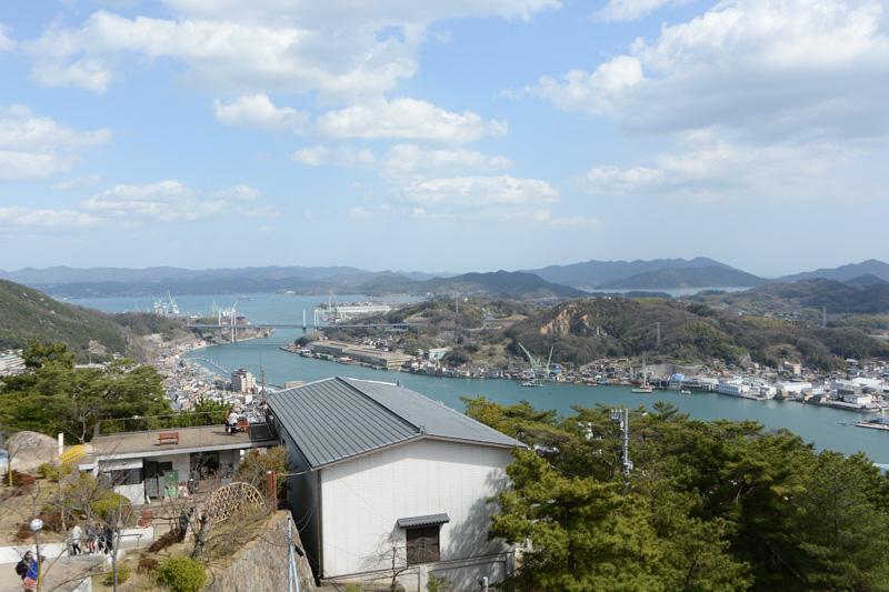 展望台から東方向を眺めたもの。しまなみ海道の新尾道大橋もくっきり見える