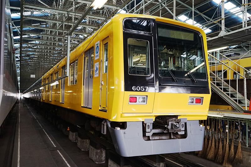 公開された6000系(6057編成)の黄色いラッピング車両。ラッピングが完成しているのは1両目のみ