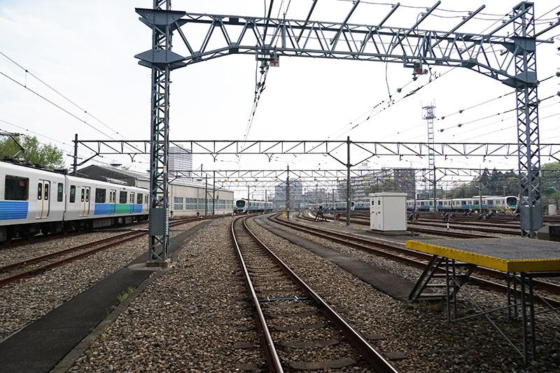 小手指車両基地。西武鉄道最大の基地で多くの列車が並ぶ