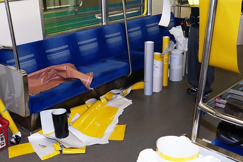 カットされたシート。メインの黄色のほか、黒とシルバーを使用する