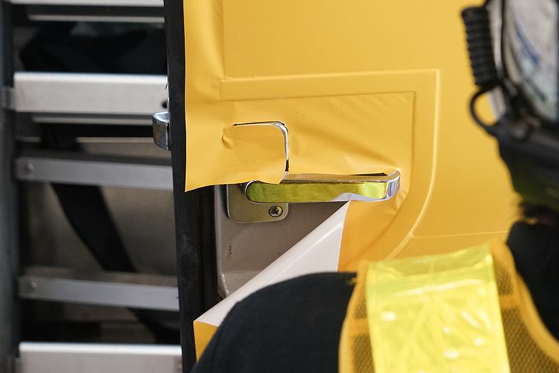 ドアノブ部の貼り付けは、かなり複雑な形状にカッターで切り出している