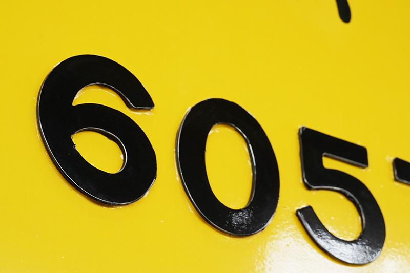 車体横にある車両番号のアップ。キレイにくり抜かれている。番号は元色のまま