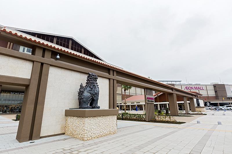 イオンモール沖縄ライカムの正面入口にはシーサーが守り神として鎮座する