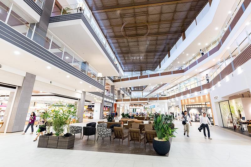 2階中央部。広々とした吹き抜け空間が2階から4階まで取られている