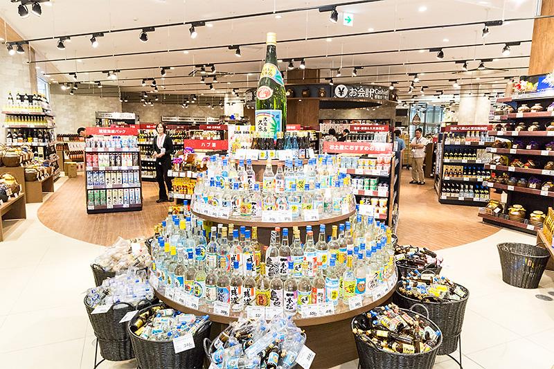 リカーエリアには、県内の泡盛メーカー全48酒造の製品が揃うという