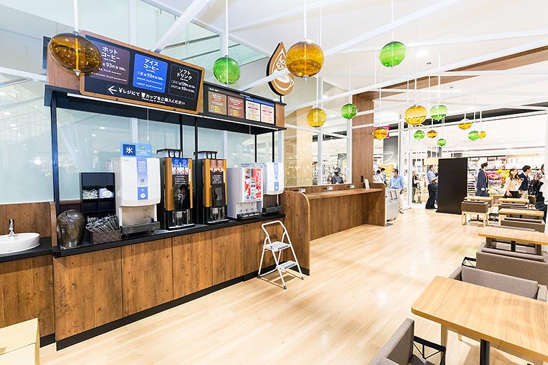 AEON STYLE内から3階へ。AEON STYLEにはドリンクコーナーもあり、挽き立てコーヒーを安価に味わえる