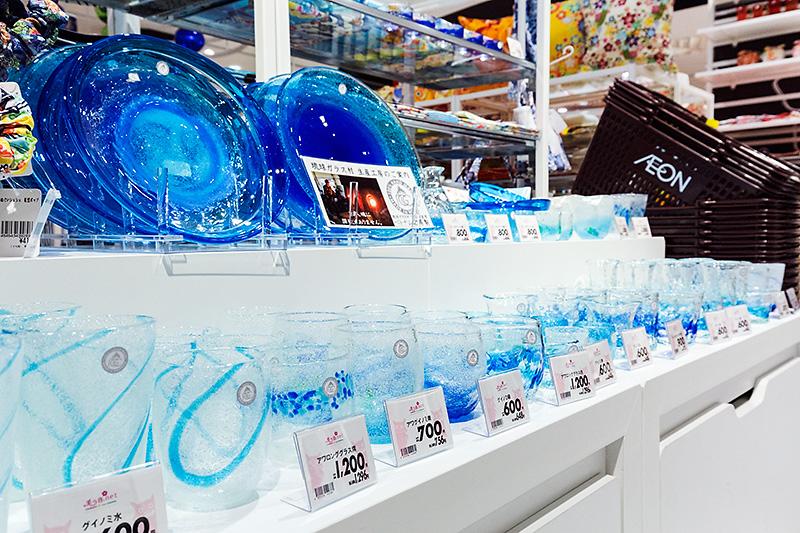 沖縄ブランドコーナーにあった琉球ガラスを使った製品