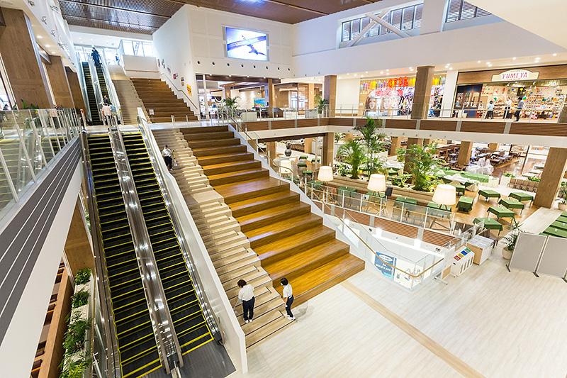 Rycom Gourmet Worldは3階、4階、5階で構成され、階段とエスカレータで結ばれる。写真は4階から撮影したもの