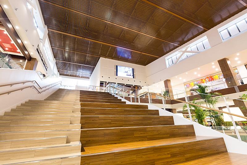 """この写真は3階の広場から5階方面を見上げる形で撮影。3階の広場は「Rycom Stage""""Air""""」と名付けられ、さまざまなイベントを行なう。左は階段として、右は客席として機能する"""