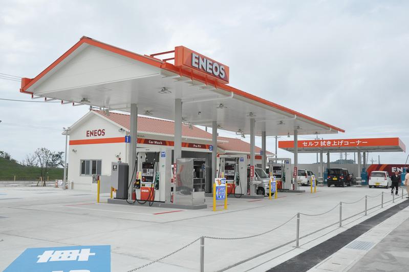 裏側の駐車場の一角には、セルフタイプのガソリンスタンドがある。レギュラー、ハイオク、軽油と油種も揃っており、洗車機も用意される