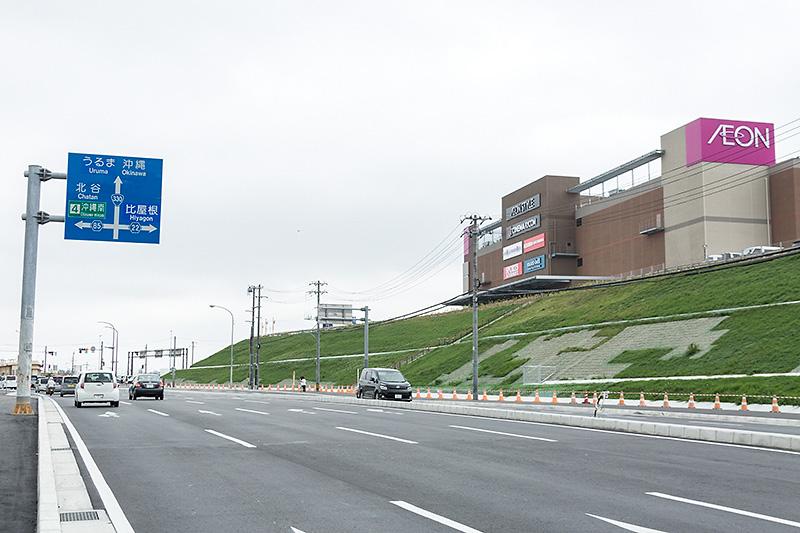 沖縄道 北中城ICから国道330号に入り、北上するとイオンモール沖縄ライカムが右手に見えてくる