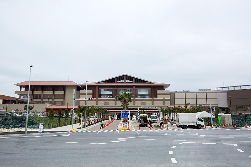 イオンモール沖縄ライカムを正面から。右と左、そして裏側にも駐車場が存在する