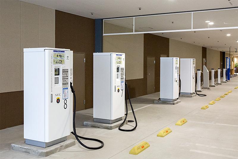 EV(電気自動車)用充電器も、普通充電4基、急速充電4基の計8基を用意