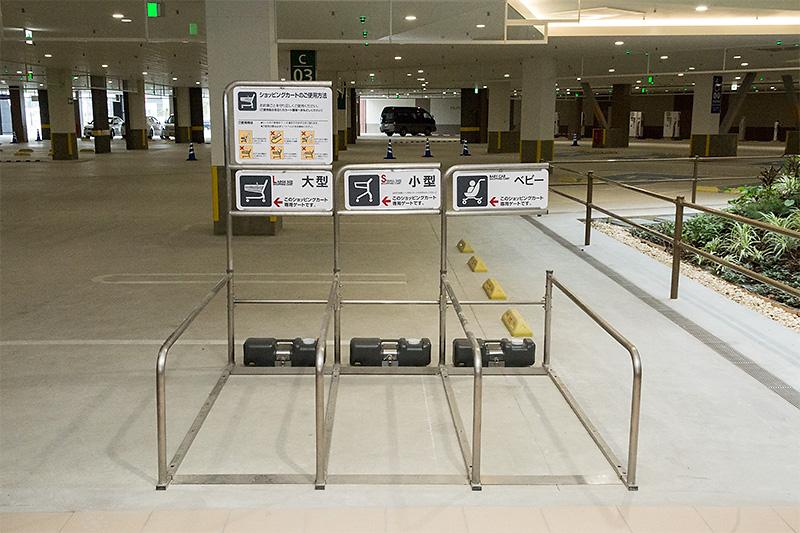駐車エリアには、癒やしの空間やカート返却エリアなどが設けられている