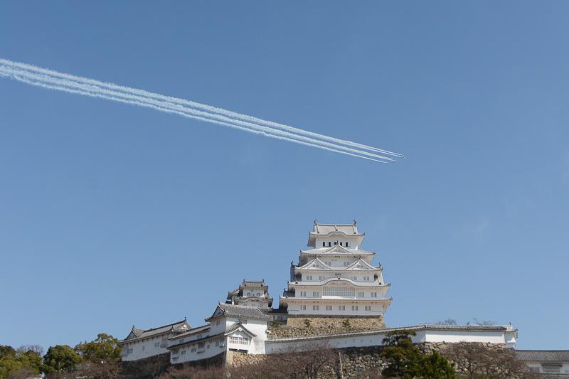 姫路城上空を飛ぶ航空自衛隊のアクロバットチーム「ブルーインパルス」