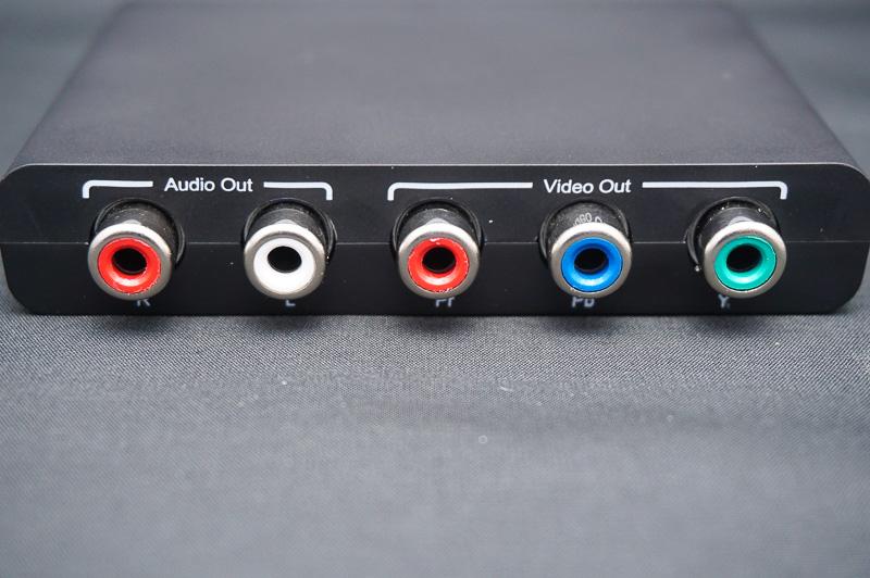 HDMIコンバータの背面にコンポーネント出力と音声出力