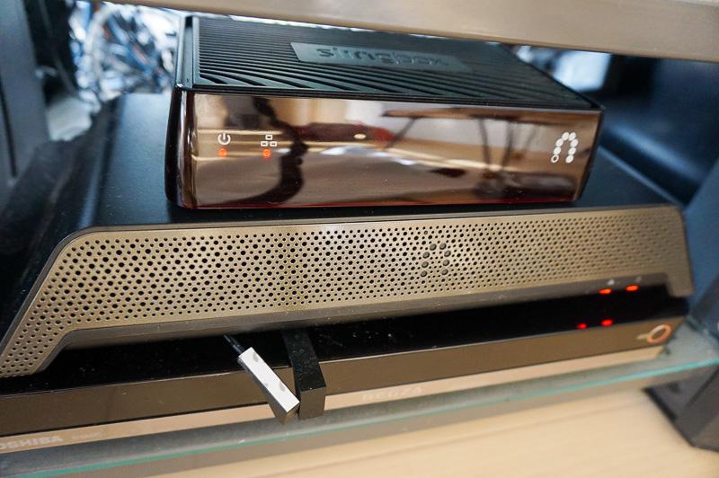自宅のオーディオラックに設置したところ、1つ下に見えるのがSlingbox PRO-HD、さらにその下がHDDレコーダの東芝「REGZAサーバー(D-M470)」