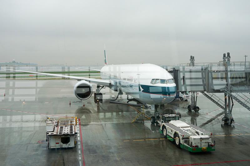 羽田空港はあいにくの雨だったが、フライトには影響がなかった。機材はボーイング777。3-4-3のシートコンフィグで、通路側席を確保した