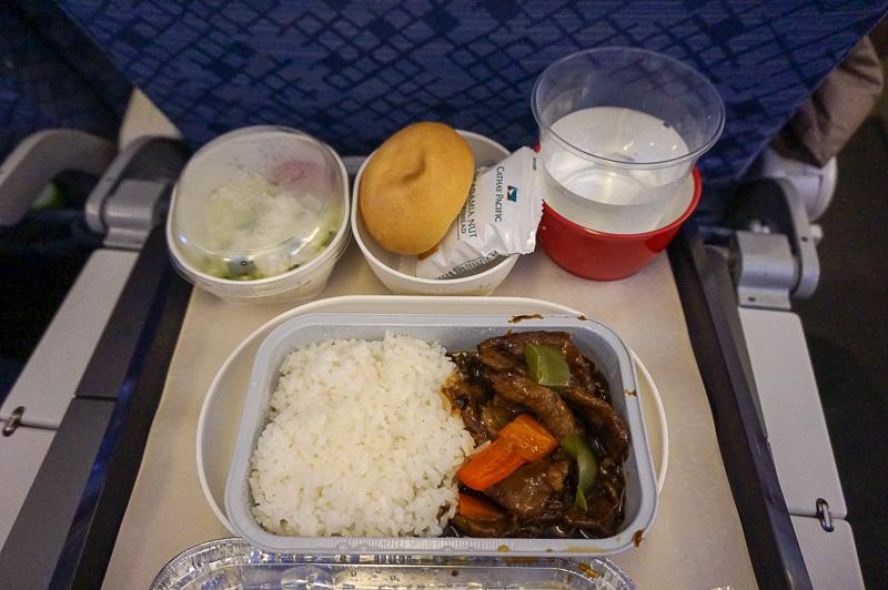 機内食は、ご飯と豚肉をチョイス、日本で調理しているだけあって美味しかった