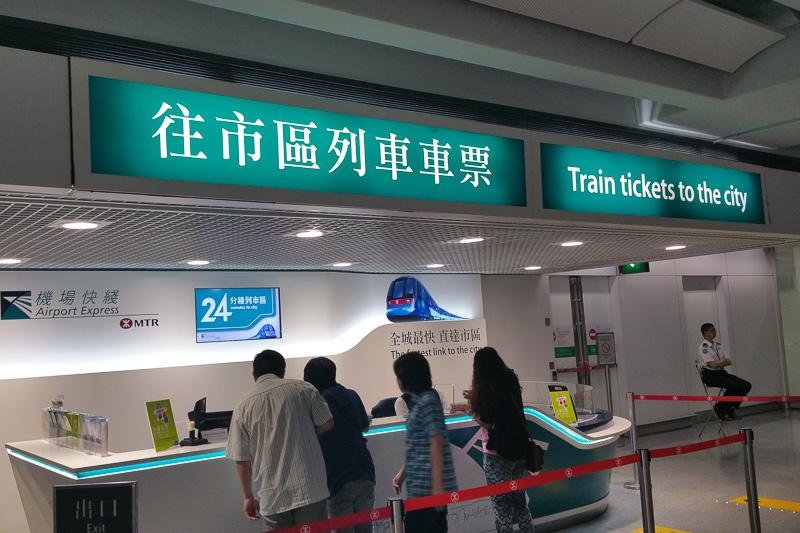 キャセイパシフィック航空が利用する香港国際空港第1ターミナルでは税関を抜けるとAirport Expressのカウンターがある。ここで、300香港ドルの空港往復+MTRのオクトパスカードを購入できる