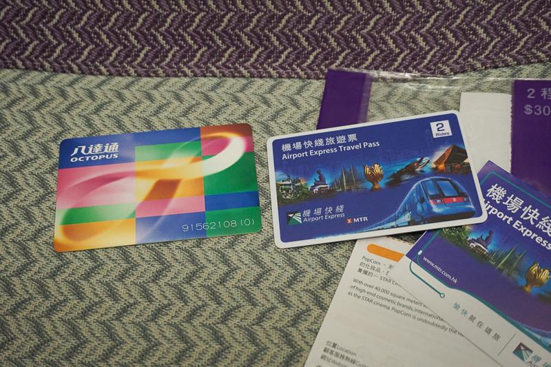 青いカード(右)がAirport Express Travel Passのオクトパスカード、左が通常のオクトパスカード