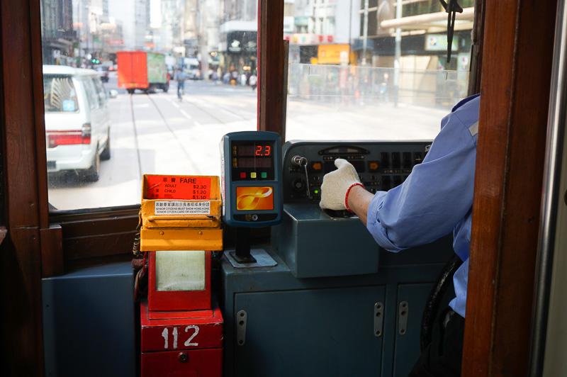 バスや路面電車では車内にあるリーダーにタッチすればオクトパスカードで支払うことができる