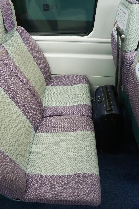 Airport Expressの車内、清潔さは日本の電車並みで安心して乗ることができる。機内持ち込み可能なスーツケースならすっぽり入るぐらいのシート幅