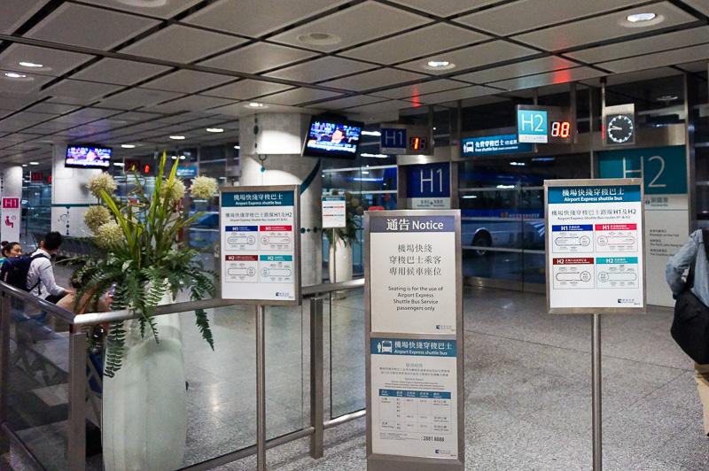 香港駅には香港島内の各ホテル行きのシャトルバスもでているが、今回宿泊するホテルにはなかったので、MTRに乗り換えて向かうことにした
