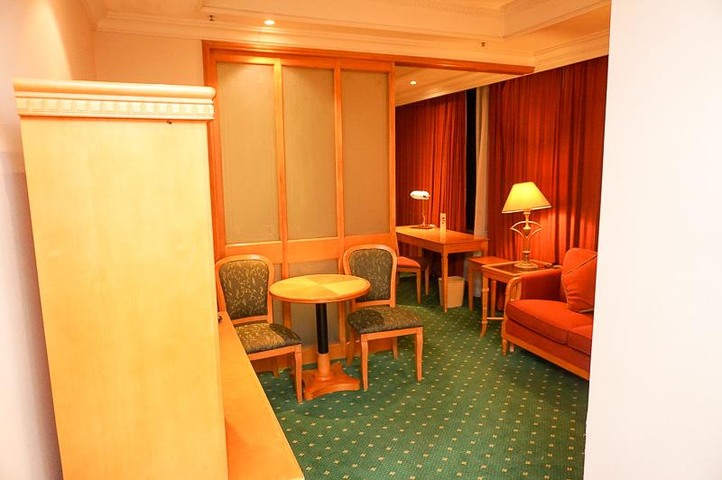 予約した部屋は普通のスタンダードルームだったが、セミスイートのような感じで広めで一人ではもったいないぐらいだった