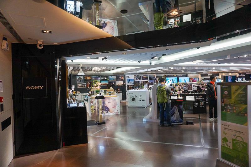 香港のSOGOがあるビルと同じ建物の中にある「SONY Store HongKong」。ソニー製品の直販を行なっている、香港では端末はキャリアからではなくメーカーから販売されるのがあたり前で、同社の子会社ソニー・モバイルコミュニケーションズが製造するXperiaシリーズのスマートフォン、タブレットも販売されている