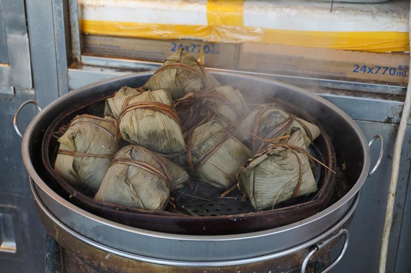 買い物が終わったら街をブラブラ。このように店頭で美味しそうなモノを蒸したり、温めたりしているのが中華スタイル