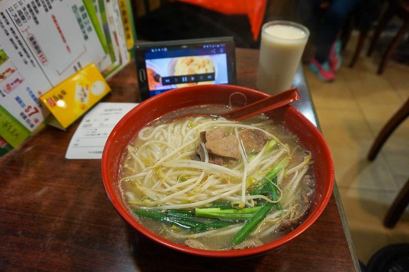 昼ご飯は女人街近くのローカルなレストランで牛肉入りの麺を注文、もちろんスマートフォンでSlingboxを見ながらだ、ちなみにこの麺は29香港ドル