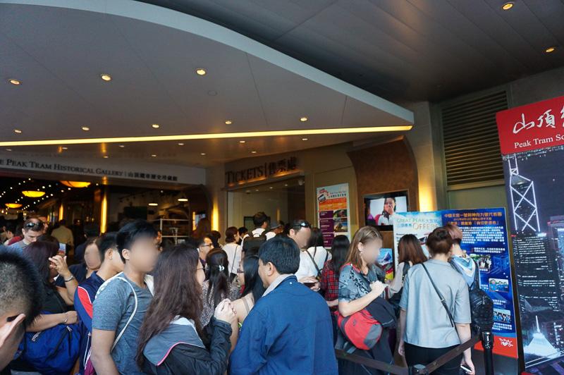 チケット売り場は結構混雑している。時間には余裕を見て行った方がよい