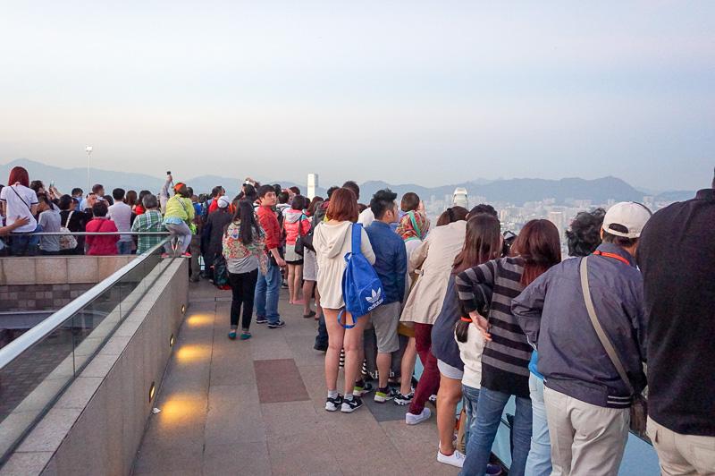ピークタワーの屋上展望台。このようにみんな香港側で写真と撮影するのでこの状況に