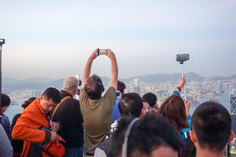 香港側の先端部では人が3重ぐらいになっておりなかなか近づけない。今流行のセルフィー棒で撮影している人も多かった