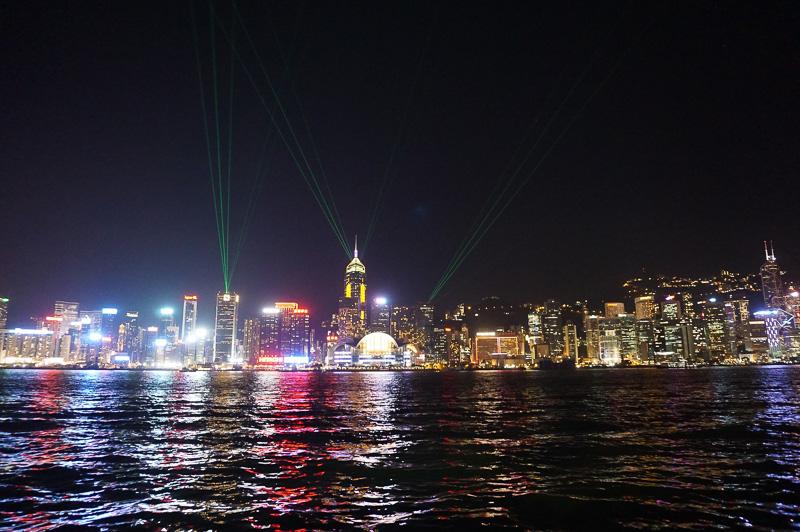 夜は香港人の友人と夕食を一緒にするため、尖沙嘴(チムサーチョイ、Tsim Sha Tsui )で待ち合わせ。九龍半島側から香港島の夜景をパチリ。ちょうど、サーチライトでのショーのようなモノをやっていた。本当に香港の夜景はどこにいっても絵になる