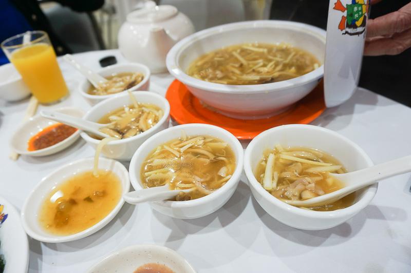 夕食は友人に連れられて地元のローカルフードを。チキン、フィッシュ、キノコとフルコースで堪能させてもらったが、メニューは中国語。地元の人と一緒でないと、こういうものはなかなか注文できない……