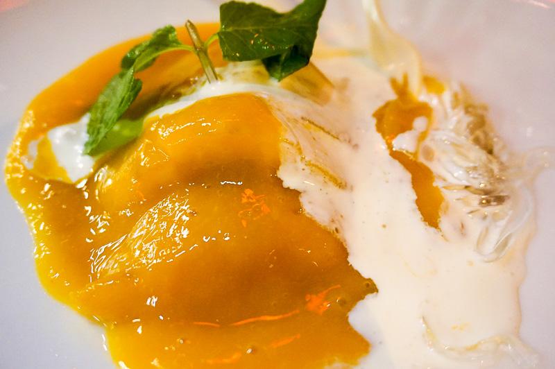友人夫婦はマンゴーと春雨のような麺がセットになったデザートを注文。意外や意外、これが春雨と合って美味しかった