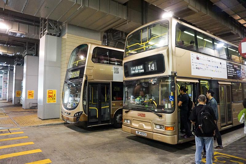油塘駅のバスターミナル、目的の24番のバスはここからは出ていない。このバスターミナルの外に停留所がある