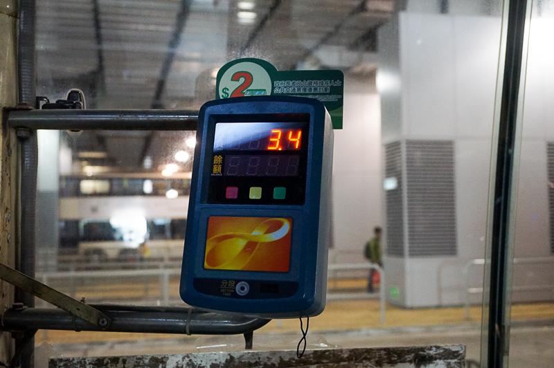 バスに乗るときもオクトパスカードで支払うことができる。MTR運行のバスは、乗り放題の料金に含まれるが、それ以外のバスは別途チャージされるので、乗る前にオクトパスカードにチャージしておくとよい