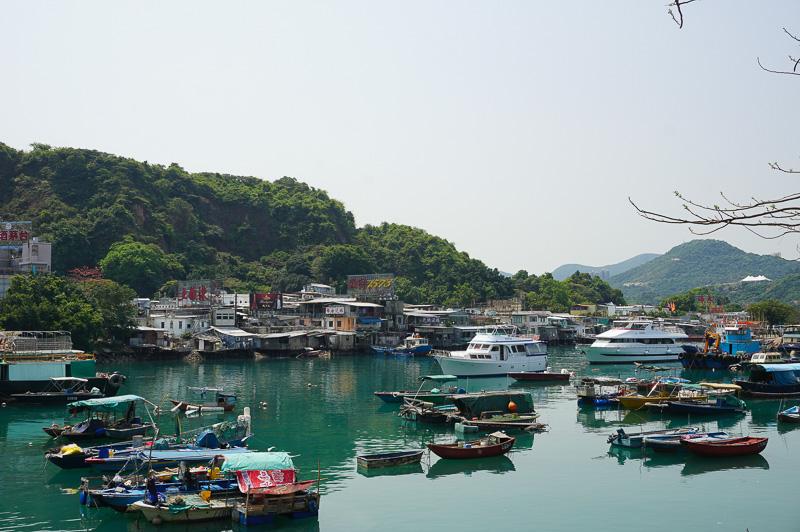 鯉魚門の港、多くの船が止まっている。いろいろな大きさの船が混沌としているのがジャッキー・チェンの映画のようでもあり、ちょっと懐かさを覚える雰囲気だ