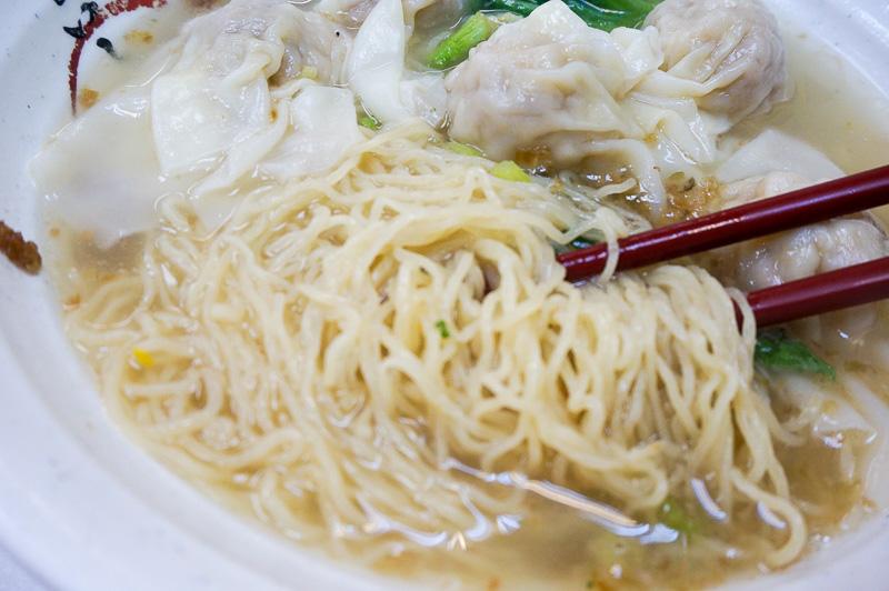 香港の麺はちょっと縮れ麺で、塩味のスープととてもあって美味しい。35香港ドル