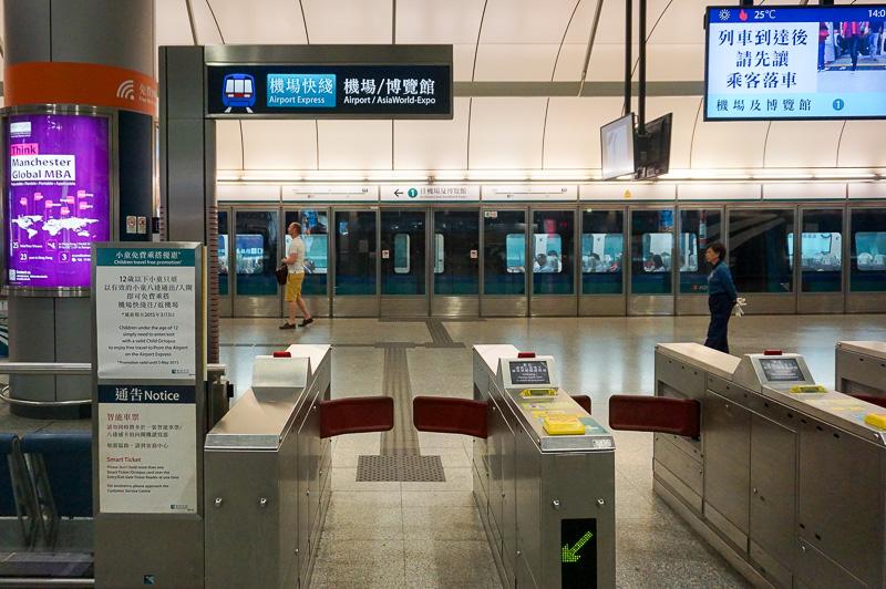 香港駅からAirport Expressに乗る、都市側の駅には改札がある