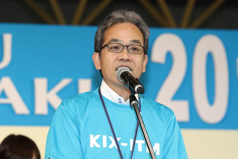 大阪国際空港(伊丹空港)のそらやん、関西国際空港のカンクンとともに、新関西国際空港株式会社 コーポレートコミュニケーション部長 石川浩司氏がオープニングの挨拶を行なった